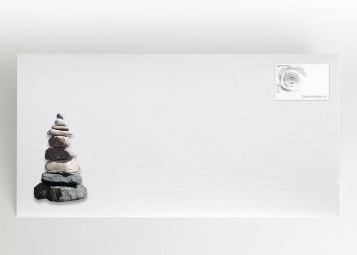Steinturm (Steinmännchen) aus aufeinander gestapelten Steinen - Briefumschlag Motiv F-16