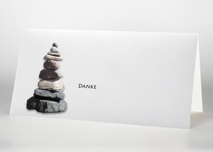 Steinturm (Steinmännchen) aus aufeinander gestapelten Steinen - Danksagungskarte Motiv F-16