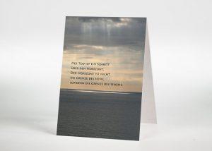 Sonnendurchflossener Wolkenhimmel über dem Meer - Sterbebildchen Motiv F-24