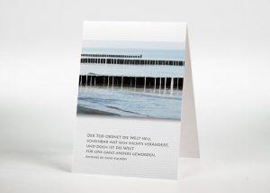 Holzbuhnen im Meer - Sterbebildchen Motiv F-35
