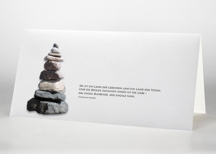Steinturm (Steinmännchen) aus aufeinander gestapelten Steinen - Trauerkarte Motiv F-16