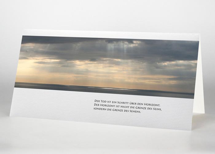 Sonnendurchflossener Wolkenhimmel über dem Meer - Trauerkarte Motiv F-24