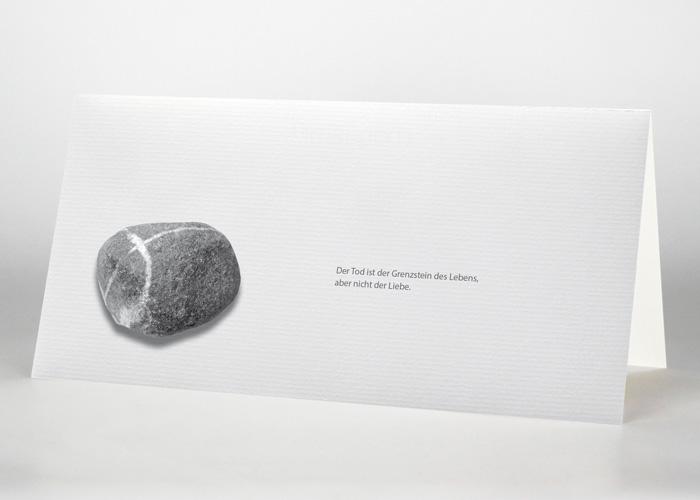 Runder Stein mit einem Kreuz - Trauerkarte Motiv F-33