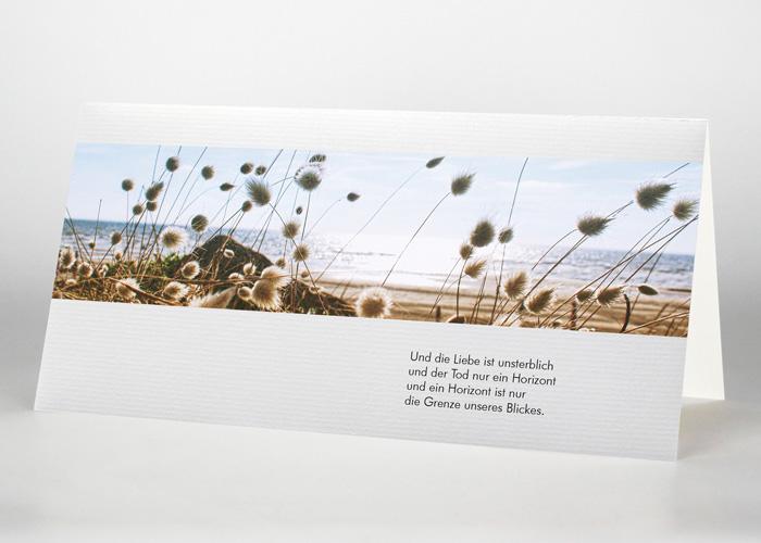 Weiße Blumen am Strand - Trauerkarte Motiv F-38