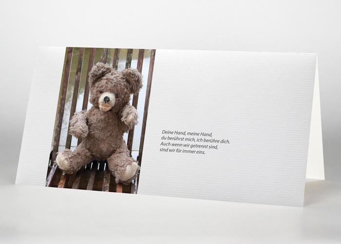 Auf einem Stuhl sitzender Teddy - Trauerkarte Motiv F-47